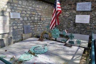 Grób generała La Fayette'a. Co roku, 4 lipca odbywają się przy nim uroczystości z udziałem amerykańskiej emigracji (nieprzerwanie, również w czasie okupacji!).