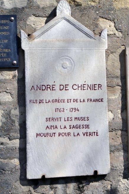 Służył muzom, kochał mądrość, umarł za prawdę. Tablica upamiętniająca André Chéniera.