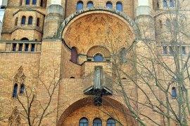 Kościół św. Ducha - fasada wciśnięta między haussmannowskie kamienice. Zwróćcie uwagę na ambonę na balkonie - to się nazywa ewangelizacja miasta!