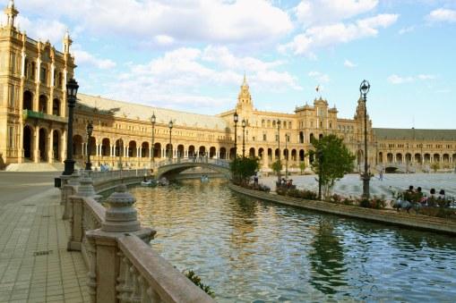 Plaza de España - dekorację stanowi między innymi 40 plansz kaflowych prezentujących prowincje Hiszpanii, odwołując się do kluczowych momentów historii.