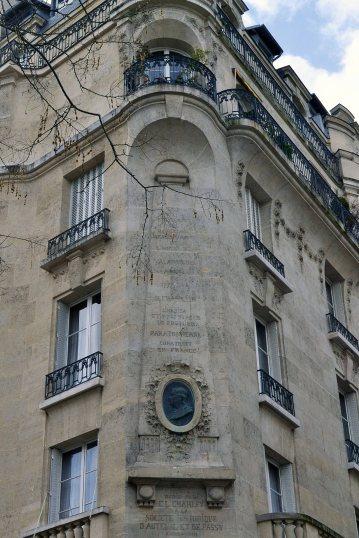 Płaskorzeźba - obelisk upamiętniający Benjamina Franklina, który mieszkał w tym miejscu w latach 1777-86 i tutaj rozpoczynał swoje eksperymenty z piorunochronem.