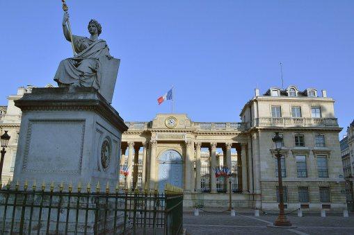 Palais-Bourbon, czyli siedziba Zgromadzenia Narodowego. Charakterystyczna monumentalna fasada od strony Sekwany została dobudowana później, w czasach napoleońskich, aby stanowić kontrapunkt dla znajdującej się na tej samej linii Madeleine. Pierwotna fasada wychodzi jednak na drugą stronę - place du Palais-Bourbon.
