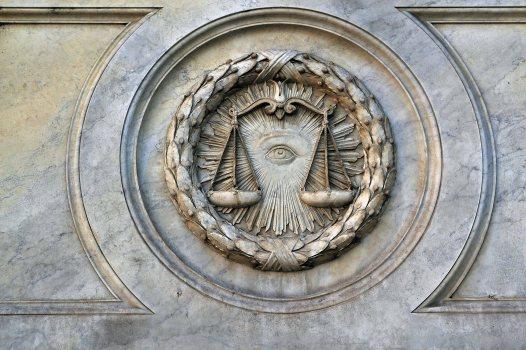Oko Opatrzności - płaskorzeźba na cokole posągu Prawa.