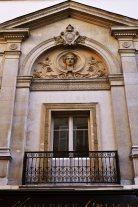 Płaskorzeźba na pseudo-greckiej fasadzie budynku, w którym mieściła się pracownia Gustave'a Doré.