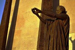 Pomnik ma formę kamiennej mastaby i dwóch obelisków z brązu. Całość wykorzystuje symbolikę masońską, ale nie tylko. Są i odwołania do alegorii barokowych, Biblii oraz sztuki antycznej. W zamierzeniu autora chodziło o pokazanie różnorodnych źródeł nowożytnej koncepcji praw człowieka.