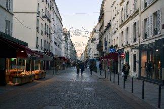 Na rue Cler można na chwilę zapomnieć, że jesteśmy w centrum stolicy. Panuje tu wciąż klimat małomiasteczkowego deptaku.