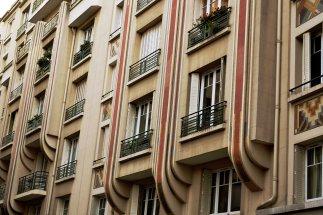 Polichromiczna dekoracja budynków z 1931 roku.