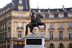 Place de Victoire z pomnikiem Ludwika XIV. W 1678 roku diuk La Feuillade, chcąc zyskać przywileje u króla zamówił u Martina Desjardinsa posąg monarchy. W 1684 zamówił u artysty brązową kopię. Aby ją należycie uhonorować kazał zbudować plac ku czci króla. Za dobrze nie wiadomo, w którym momencie tej historii kończy się serwilizm, a zaczyna graniczące z bałwochwalstwem wariactwo. Opowiadano na dworze, że zabiegał o łaskę pochowania pod pomnikiem Króla Słońce. Miał nawet kupić miejsce w krypcie pobliskiego kościoła Małych Ojców i kazać drążyć podziemny tunel, żeby grób wypadł pod pomnikiem. Tak przynajmniej przekazał nam Saint-Simon w swoich pamiętnikach.