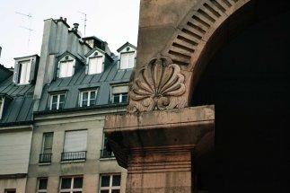Rue des Colonnes - architektura z czasów rewolucji i kolejne wcielenie podcieni w Paryżu.