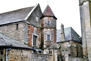 Pozostałości średniowiecznego zamku królewskiego.