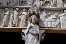 """Kościół parafialny św. Jana Chrzciciela. Wiąże się z nim ciekawa anegdotka. W lipcu 1761 roku pewien człowiek postanowił wdrapać się na swojego osła, żeby lepiej słyszeć kazanie. Biedne zwierzę zaczęło niemiłosiernie ryczeć. Pewien pobożny parafianin zirytowany równie co rzeczony osioł szepnął teatralnym szeptem: """"Uciszcie tego osła!"""", na co proboszcz odpowiedział: """"Wyprowadźcie tego zuchwalca!""""."""
