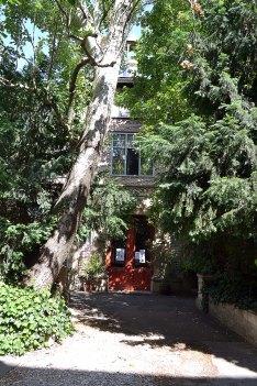Dawny pawilon win z wystawy światowej w 1900 roku, od 1902 w nowym miejscu stał się siedzibą pracowni rzeźbiarskiej Alfreda Bouchera. Pod okiem mistrza mieszkali i studiowali m.in.: Zadkin, Chagall, Matisse, Modigliani.