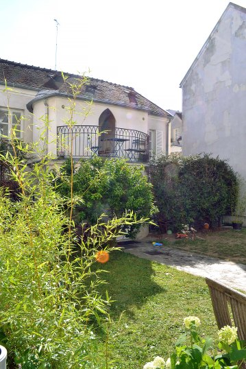 Pozostałości dawnego klasztoru - dziś ukryty przed gapiami dom rodzinny.