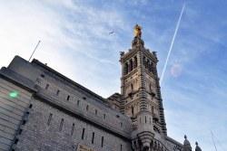 Nad miastem góruje Bazylika Notre-Dame de Garde.