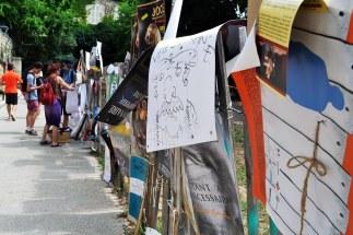 W sezonie festiwalowym całe miasto oblepione jest plakatami.