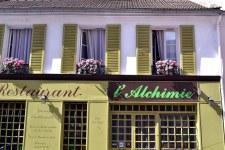 Zgodnie z nazwą rue de Commerce stanowiła główną ulicę handlową.