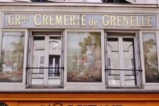 Tutaj szyld sklepu z nabiałem. W XIX wieku paryżanie zaopatrywali się w produkty spożywcze w podmiejskich wioskach, oszczędzając na cle.